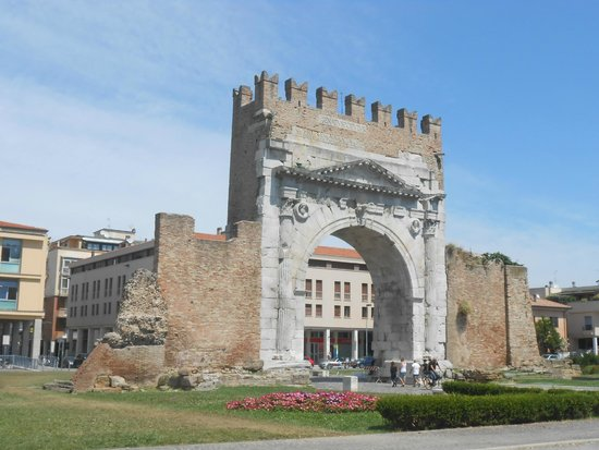 Arco d'Augusto: R