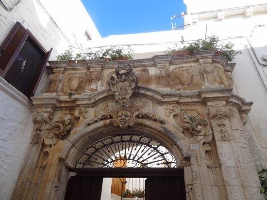 Sagra Pirotecnica: Melissa Muldoon la studentessa matta detail of arch of ospedale, Piazza Guglielmo Marconi