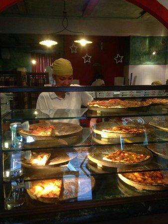 Pizzeria Dal Ciaccia : Je kunt pizza uit de vitrine uitzoeken of vers laten maken van de uitgebreide kaart.