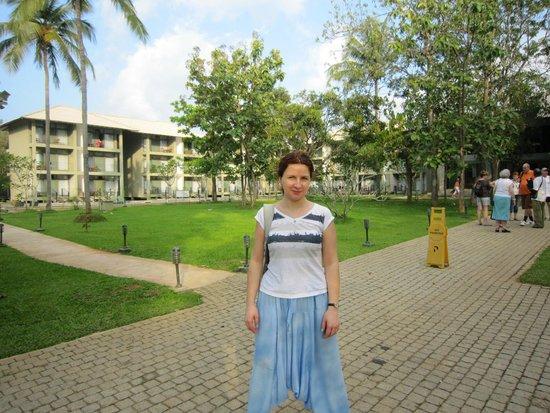 Fresco Water Villa: Территория и двор отеля справа от меня вдоль корпуса бассейн