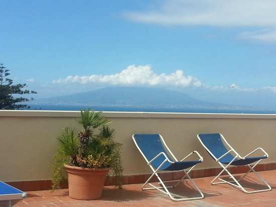 Hotel La Meridiana: view of Vesuvius from the sun terrace