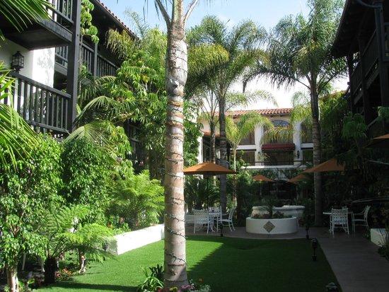 Best Western Plus Carpinteria Inn: Jardim interno (átrio)
