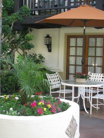 Best Western Plus Carpinteria Inn: Mesinhas com guada-sol no átrio