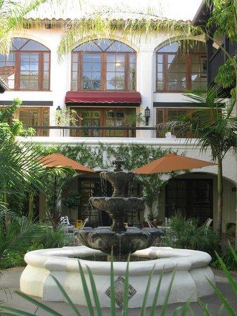 Best Western Plus Carpinteria Inn: Átrio