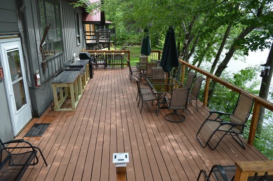 Curriers Lakeview Lodge: Large back deck with commercial grade cook top and gas grill
