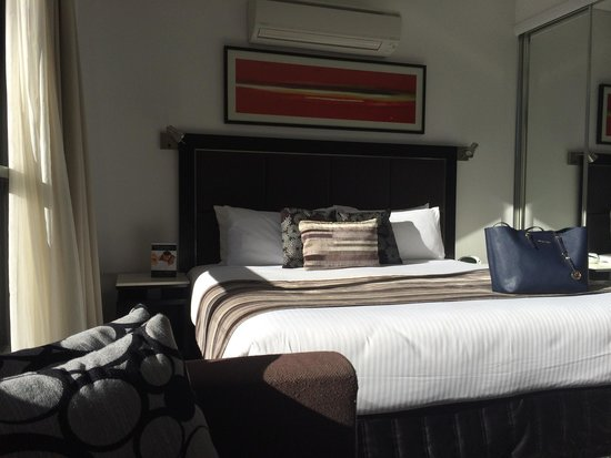 Meriton Serviced Apartments Campbell Street: Nice bright modern room.