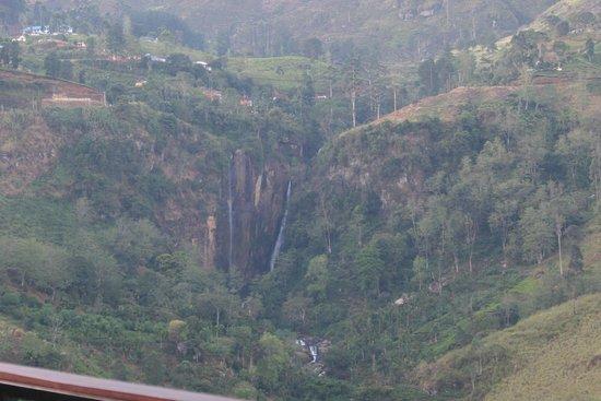Tea Bush Hotel : Вид на водопад из столовой