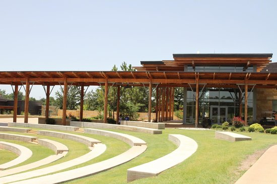 Chickasaw Cultural Center: Walkway and building