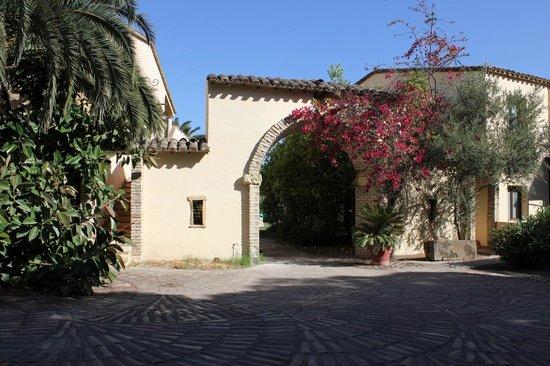 Hotel Costa dei Fiori: Accesso alla zona interna della struttura