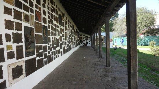Casa Historica de Tucuman: Placas y escudos en el patio