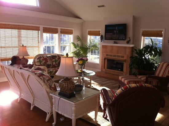 Cape Hatteras Bed and Breakfast: Common area living room