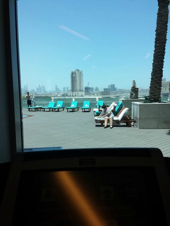 Crowne Plaza Dubai Festival City : The view from the gym to one of the pool areas