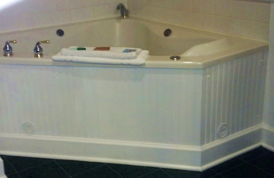 County Clare Irish Inn and Pub: tub in the suite