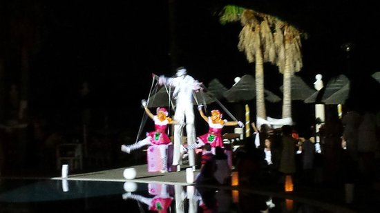 Holiday Polynesia: White Party at the pool
