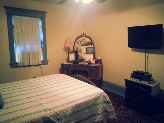 Garden Gate Bed and Breakfast: A better look! There's a TV, DVD player, and decorations!
