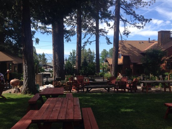 Cedar Glen Lodge: Looking towards the lake from grounds.