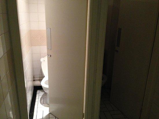 Ashton House Hostel: Toilettes dont une seule a la lumière