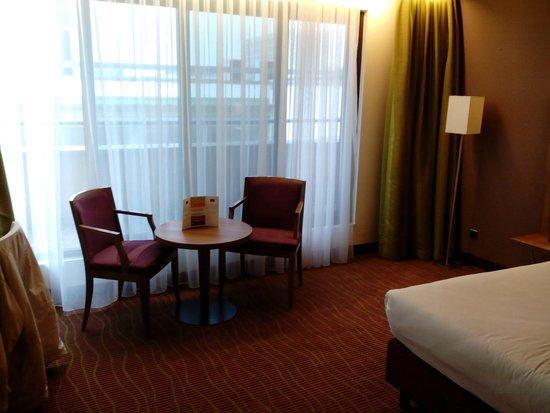 Quality Hotel Antwerpen Centrum Opera: tafel met stoelen