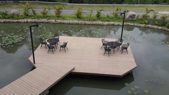 Los Mandarinos Boutique Spa & Hotel Restaurant : Restaurante a orillas de un pequeño lago artificial