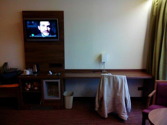Quality Hotel Antwerpen Centrum Opera: bureau met tv