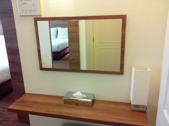 Quality Hotel Antwerpen Centrum Opera: tafeltje met spiegel