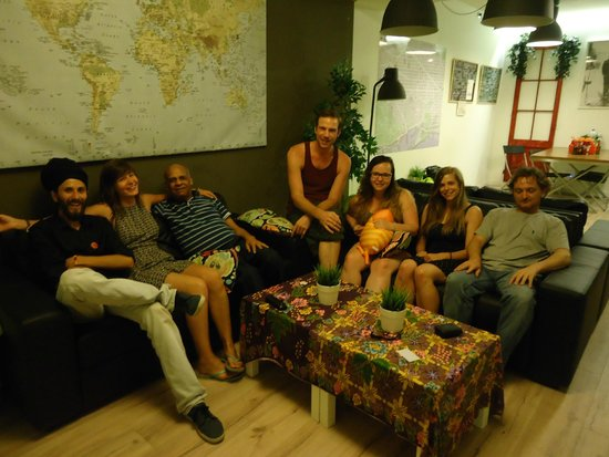 Gracia City Hostel: Here is a pic of us hangin out in the Common area