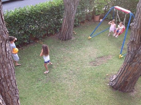 Hotel Maita : giochiamo in giardino
