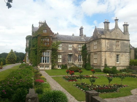 Muckross House, Gardens & Traditional Farms: So majestic and beautiful