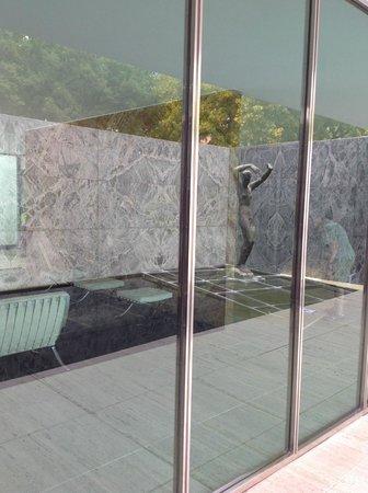 Pabellón Mies van der Rohe: Interior visto de fora