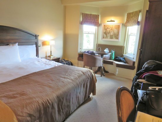 Baileys Hotel Cashel: very nice bed  & room decor