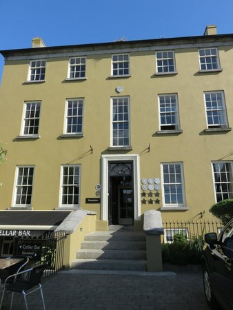 Baileys Hotel Cashel: well kept, updated building
