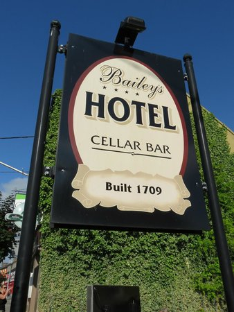 Baileys Hotel Cashel: watch for the sign to find it on a crowded street