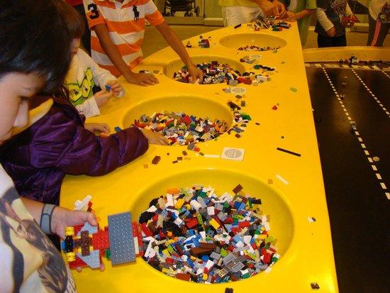 Disney Springs: ARMANDO AUTOTITOS EN LEGO STORE