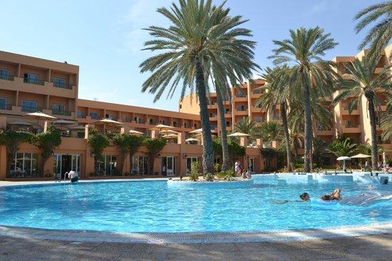 Hotel Vendome El Ksar Resort & Thalasso: Вид отеля с бассейна