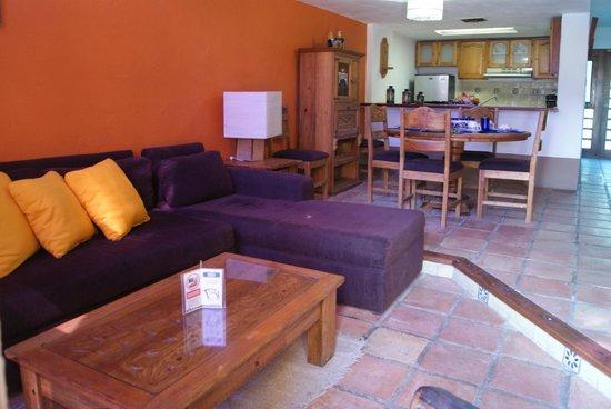 Villas El Rancho Green Resort: Sala de estar y comedor