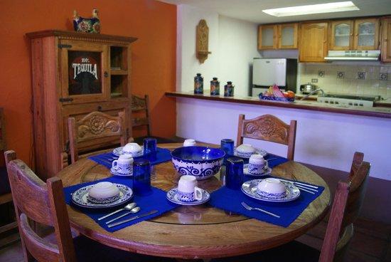 Villas El Rancho Green Resort: Dining and kitchen area
