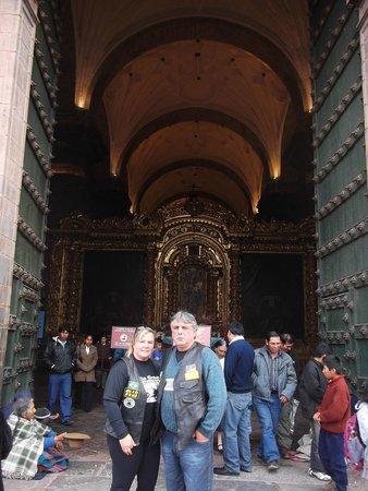 Plaza de Armas (Huacaypata): Porta da Igreja Matriz  em Cusco com altares todos em ouro