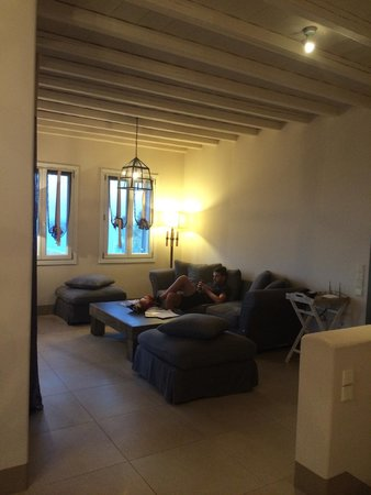 salon télé - Picture of Diles & Rinies, Tinos Town - TripAdvisor