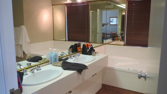 Pioneer Waterfront Apartments: Bathroom...with jacuzzi an seperate shower.