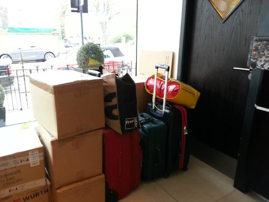 Hotel Lily London - Kensington/Earl's Court: Les bagages dans le hall et payer 5€