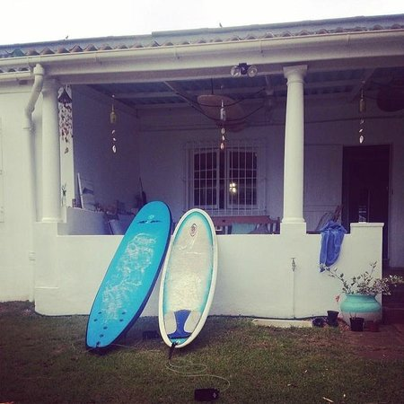 Umzumbe Surf House & Surf Camp: Morning surf lesson