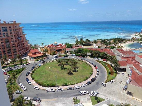 Krystal Grand Punta Cancun: Vista do quarto