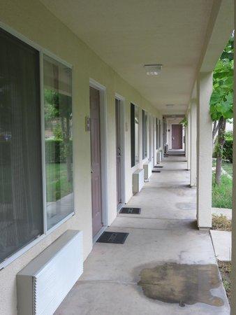 Comfort Inn & Suites Sequoia Kings Canyon: Walkway