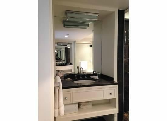 Rosewood Hotel Georgia: Ensuite Bathroom Vanity