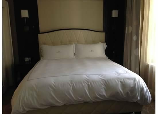 Rosewood Hotel Georgia: King Size Bed in Junior Suite Bedroom