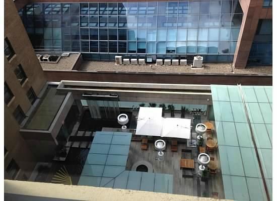 Rosewood Hotel Georgia: View of Courtyard Patio Restaurant Below