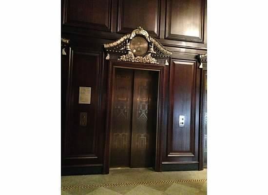 Rosewood Hotel Georgia: Elegant Elevator in Lobby