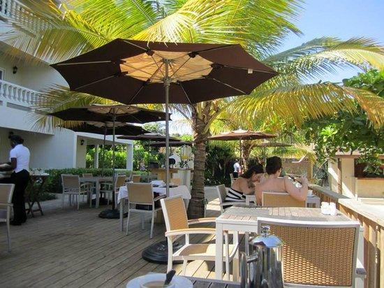 Sandy Haven Resort: Breakfast area right off the beach