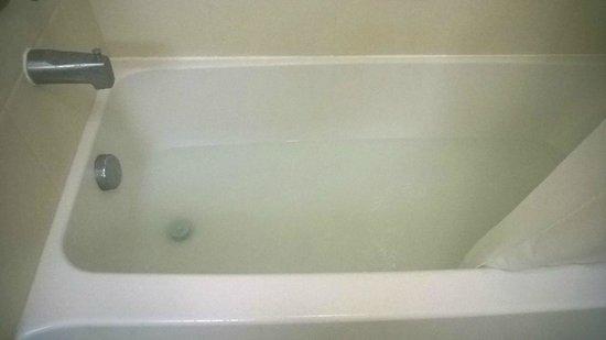 Hampton Inn Milford: Tub after showering