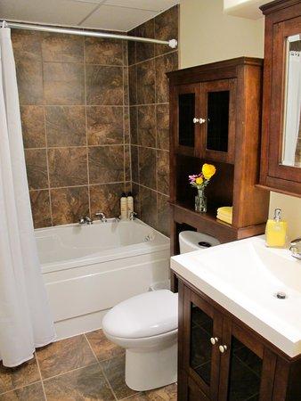 Inn-Chanted Bed & Breakfast: The Mahogany's private bath, heat lamp & soaker tub